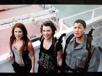 左から、クレア、アリス、プリズン・ブレイクの彼w