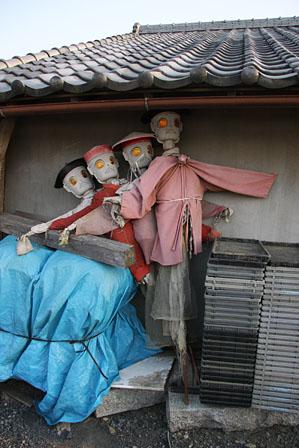 コーラス隊? と、コーラスしているようなロボット(?)4人組を民家の軒下に発見!  ... ♪デ