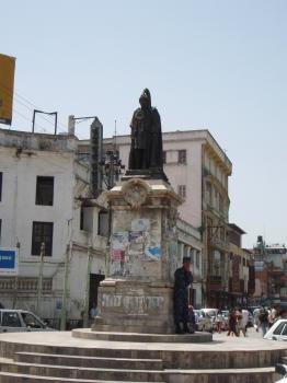 ダルバール広場入り口のジュダ・シャムシェール・ラナ像 ニューロードのつきあたりから一人の銅像がニ